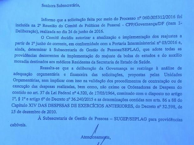 Trecho de documento assinado por Barão Mello da Silva, chefe da unidade de Apoio à Governança do GDF; texto garante o pagamento da bolsa no valor aprovado pelo MEC a partir de julho de 2016 (Foto: Bruno Braga Borges/Divulgação)