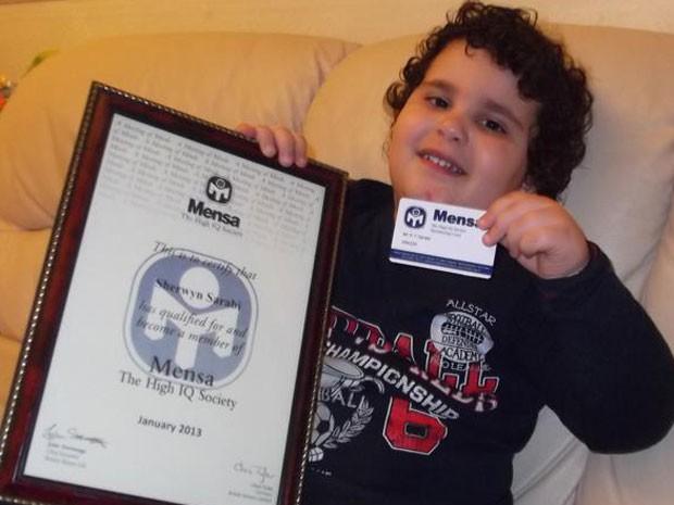 Menino mostra o certificado de membro da Mensa, a sociedade que reúne as pessoas de mais alto QI do mundo (Foto: Reprodução/Facebook)