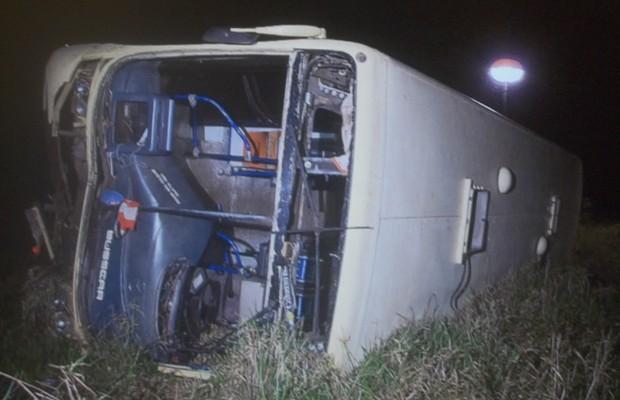 O ônibus que capotou em estrada de Luziânia (Foto: Reprodução / TV Globo)