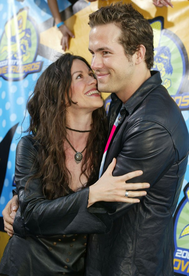 Alanis Morissette e Ryan Reynolds em 2003 (Foto: Getty Images)