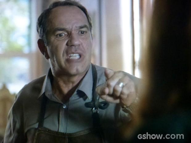 Virgílio dá um basta em discussão com Helena ao dizer 'chega' (Foto: Em Família / TV Globo)