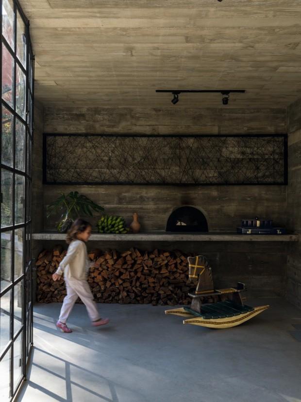 Casa de concreto, madeira e vidro é um refúgio na serra fluminense (Foto: Fran Parente)
