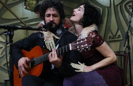 No espetáculo, previsto para estrear no segundo semestre, eles cantam, atuam e tocam instrumentos. Leticia também compôs músicas para a peça Michel Filho