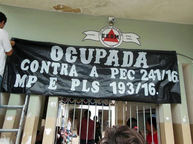 Na Escola Estadual Delfim Moreira, em Virgínia (MG), estudantes iniciaram ocupação contra a PEC 241 nesta segunda-feira (23) (Foto: Grêmio Estudantil/Virgínia)
