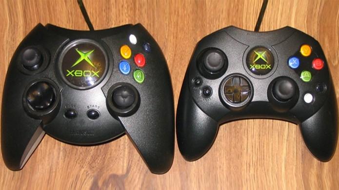O primeiro controle do Xbox, apelidado de Duke, à esquerda, era bem maior que o modelo menor Xbox Controller S à direita (Foto: Reprodução/Racketboy)