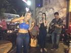 Ex-BBB Fani assiste a show da irmã em bar de Nova Iguaçu