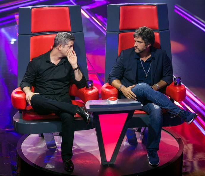 Victor & Leo cochicham sobre apresentação (Foto: Isabella Pinheiro / Gshow)