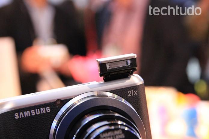 A Galaxy Camera 2 vem com flash Xenon (Foto: Isadora Diaz/TechTudo)