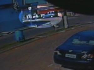 Vídeo mostra chegada dos criminosos que assaltaram agência (Foto: Reprodução/ TV TEM)