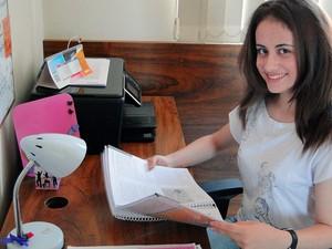 Mariana Drummond, que largou o balé Bolshoi para se dedicar ao Enem, se prepara em casa para segundo dia de provas no Enem (Foto: Cíntia Paes/G1)