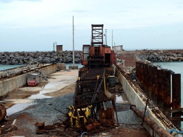 Maresia já provocou a oxidação das estruturas de ferro já utilizadas na obra do porto (Foto: Kleber Nogueira)