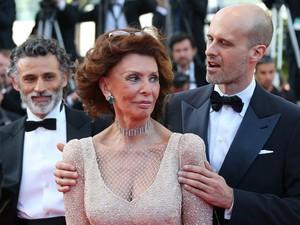 A atriz italiana Sophia Loren é abraçada pelo filho, o diretor Edoardo Ponti, no tapete vermelho do Festival de Cannes; à esquerda, o ator Enrico Lo Verso  (Foto: Loic Venance/AFP)