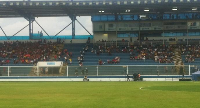 Cordão de isolamento na torcida, Macaé x Flamengo, moacyrzão (Foto: Chandy Teixeira / GloboEsporte.com)