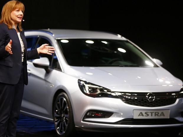 Mary Barra, CEO da General Motors, apresenta o novo Astra, da Opel, braço europeu da montadora (Foto: Kai Pfaffenbach/Reuters)