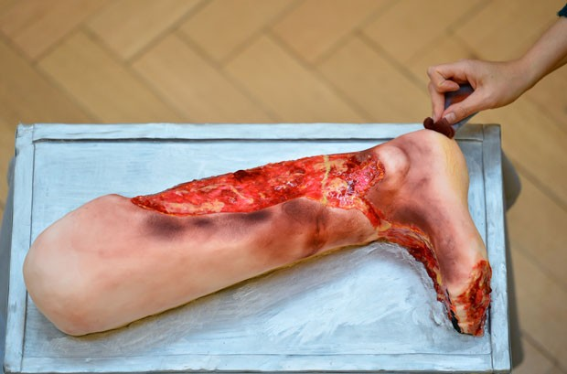 Bolo na forma de perna machucada é destaque da mostra. (Foto: Ben Stansall/AFP)