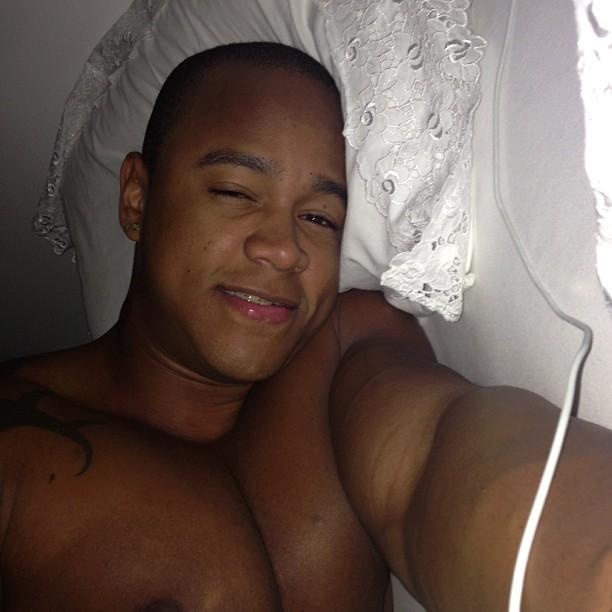 Léo Santana posta foto na cama, com cara de sono (Foto: Instagram)