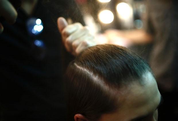 Primeiro passo: cabelo escovado (Foto: Thiago Bernardes / Ed.Globo)