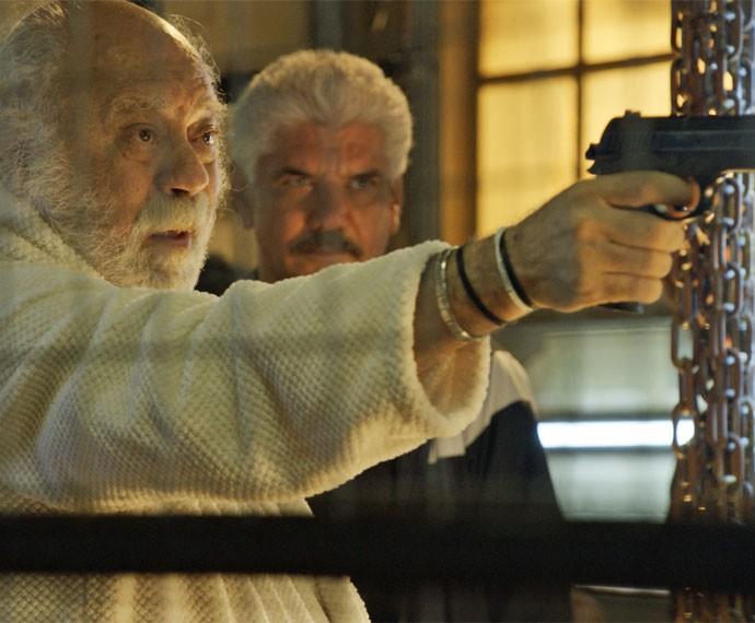 Ascânio aponta arma a mando da facção (Foto: TV Globo)