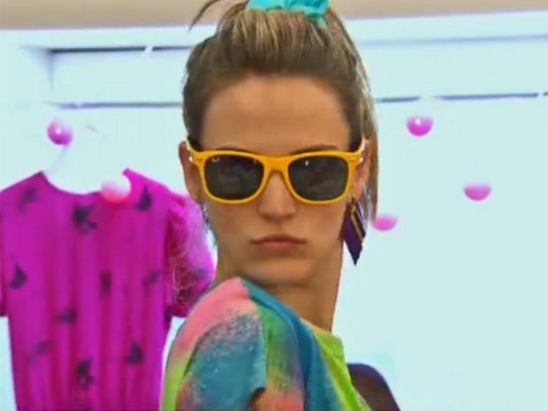 Atriz experimenta óculos da boutique de Vitória (Foto: Vídeo Show / TV Globo)