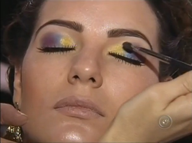 Aluno do programa durante curso de maquiagem  (Foto: Divulgação / Reprodução)