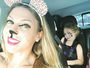 Sheila Mello posa fantasiada de gatinha com a filha, Brenda
