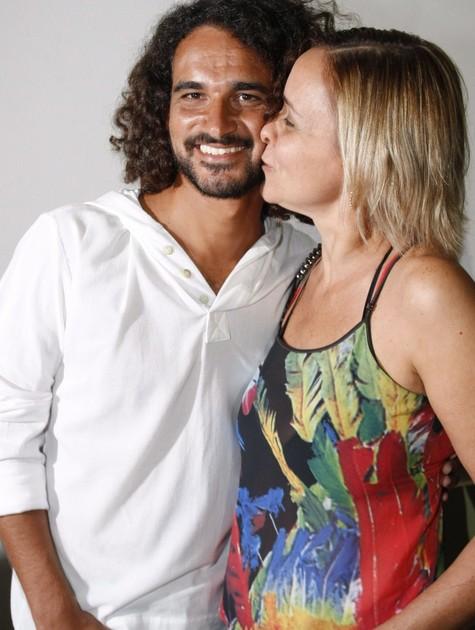 Giulia Gam com o namorado, Flávio (Foto: Marcos Ramos)