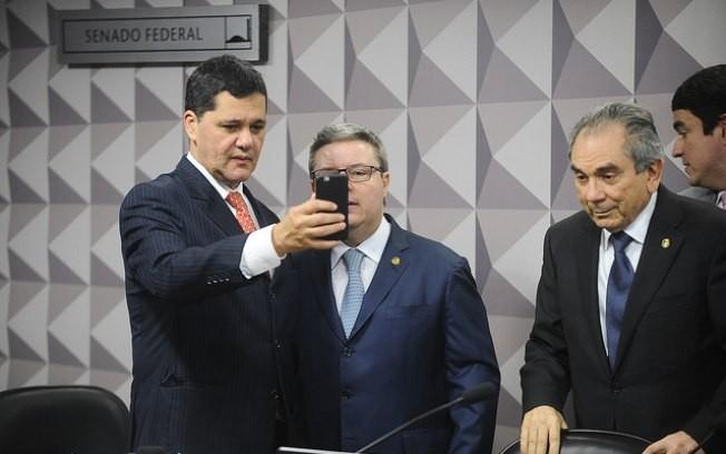 O senador Ricardo Ferraço faz selfie ao lado do relator do impeachment, Antonio Anastasia (Foto: Agência Senado)