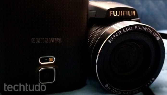 Posicione o celular com flash ligado ou lanterna na lateral ou acima da câmera  (Foto: Barbara Mannara/TechTudo)