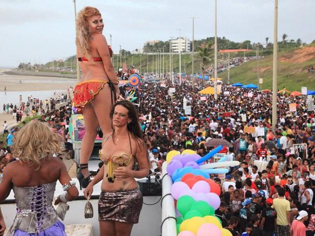 Travestis fazem perfomance em cima de trio elétrico na Parada Gay de São Luís (Foto: De Jesus/O Estado)