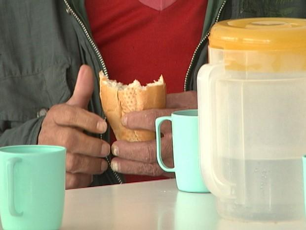 Paciente consome lanche na Clínica São Bento Menni (Foto: TV Integração/Reprodução)