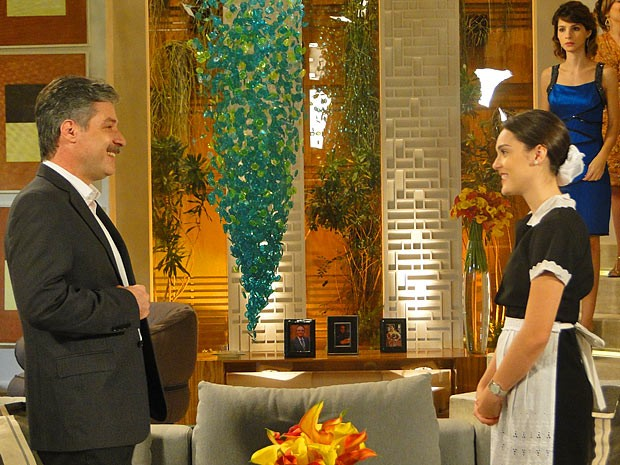 Otto fica encantado com Cida. Será que Conrado fez a escolha errada? (Foto: Cheias de Charme / TV Globo)