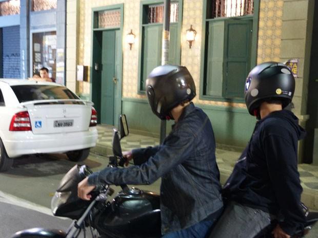 Duca percebe que motoqueiros estão perseguindo ele  (Foto: Malhação/Gshow)