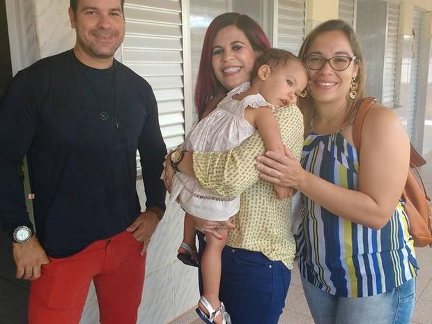 Gleide Angelo e Júlia no Amapá, depois de a polícia encontrar a menina (Foto: Gleide Angelo/ Acervo pessoal)