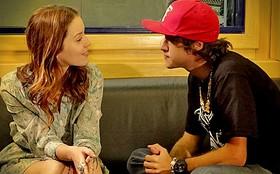 Tomás tenta beijar Débora, sem saber que ela é sua irmã