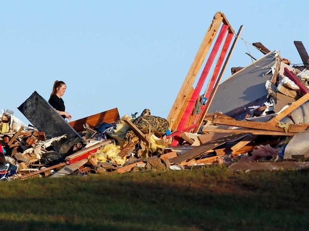 Mulher caminha por casa destroçada por tornado na zona rural de Wynnewood, em Oklahoma (Foto: Nate Billings / The Oklahoman / via AP Photo)