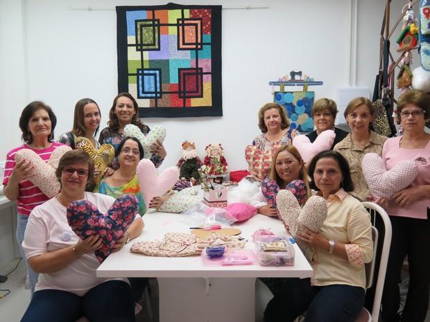 477d9cba9 Mulheres se reúnem para fazer almofadas de coração (Foto  Mariane Rossi G1)