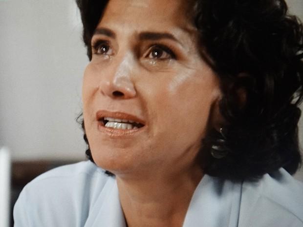 A médica chora ao lembrar do passado (Foto: TV Globo)