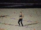 Carolina Dieckmann se exercita em praia do Rio