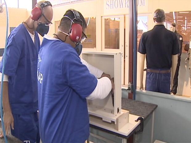 Detentos trabalham dentro da P2 em Tremembé (SP) (Foto: Reprodução/TV Vanguarda)