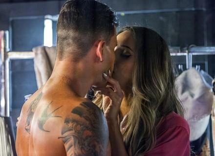 Vai ter barraco! Merlô ganha beijo de funkeira e é flagrado por Ninfa e Alisson