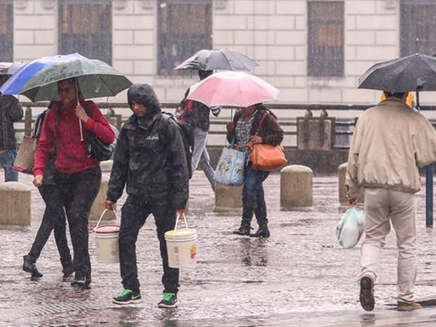 Chuva atinge a região do Viaduto do Chá, em São Paulo (Foto: Marcelo S. Camargo/Frame/Frame/Estadão Conteúdo)