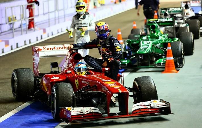 Mark Webber pega carona com Fernando Alonso