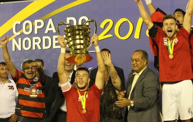 Campinense ergue a taça de campeão da Copa do Nordeste após bater o ASA no Amigão (Foto: Leonardo Silva / Jornal da Paraíba)