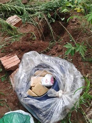 Entorpecente foi localizado em uma bolsa que estava dentro de um saco plástico (Foto: Polícia Militar/Divulgação)