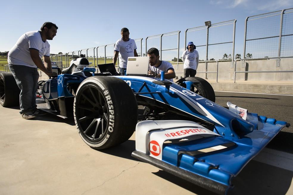 O carro sendo ajustado na pista (Foto: Globo / Ramón Vasconcelos)