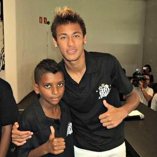 Rodrygo, em foto ao lado do ídolo Neymar (Foto: Arquivo Pessoal)