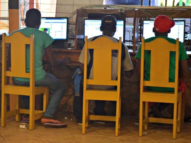 Imigrantes acessam a internet no abrigo de Rio Branco (Foto: Aline Nascimento/G1)