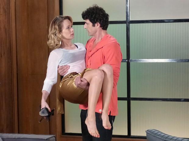 Juliana é socorrida por Nando depois de cair na loja (Foto: Guerra dos Sexos/TV Globo)