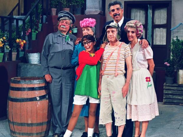 Chaves (Roberto Bolaños) posa ao lado dos personagens Jaiminho (Raúl Padilla), Dona Clotilde (Angelines Fernández), Chiquinha (Maria Antonieta de Las Nieves), Professor Girafales (Rubén Aguirre) e Dona Florinda (Florinda Meza) (Foto: Divulgação/SBT)