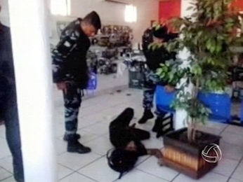 Suspeito foi baleado por cliente de loja em Rondonópolis (Foto: Reprodução/TVCA)